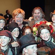 Musical Olivier Amsterdam, Erica Terpstra en Willem Nijholt tussen de kinderen van de musical
