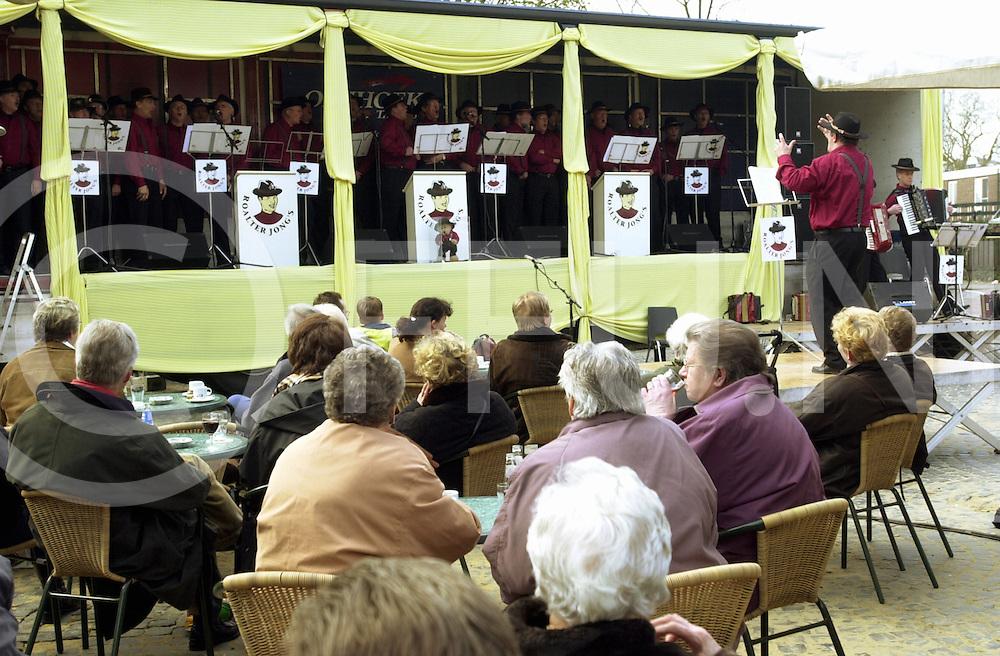fotografie frank uijlenbroek©2001 frank uijlenbroek.010422 raalte ned.Raalter Jongs geven uitvoering t.b.v. de door mkz getroffen boeren .