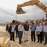 Cancun, Q. Roo.- El presidente de la republica, Vicente Fox Quesada, hace una supervicion de los trabajos de dragado y recuperacion de la playa afectada por el huracan Wilma, asistio acompañado del gobernador Felix Gonzalez y funcionarios federales. Agencia MVT / Erick Velazquez. (DIGITAL)<br /> <br /> NO ARCHIVAR - NO ARCHIVE