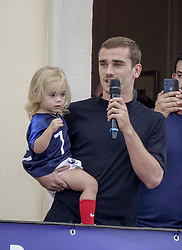 July 20, 2018 - Macon, France - ANTOINE GRIEZMANN ET SA FILLE  DE RETOUR A MACON .APRES SON TITRE DE CHAMPION DU MONDE (Credit Image: © Panoramic via ZUMA Press)