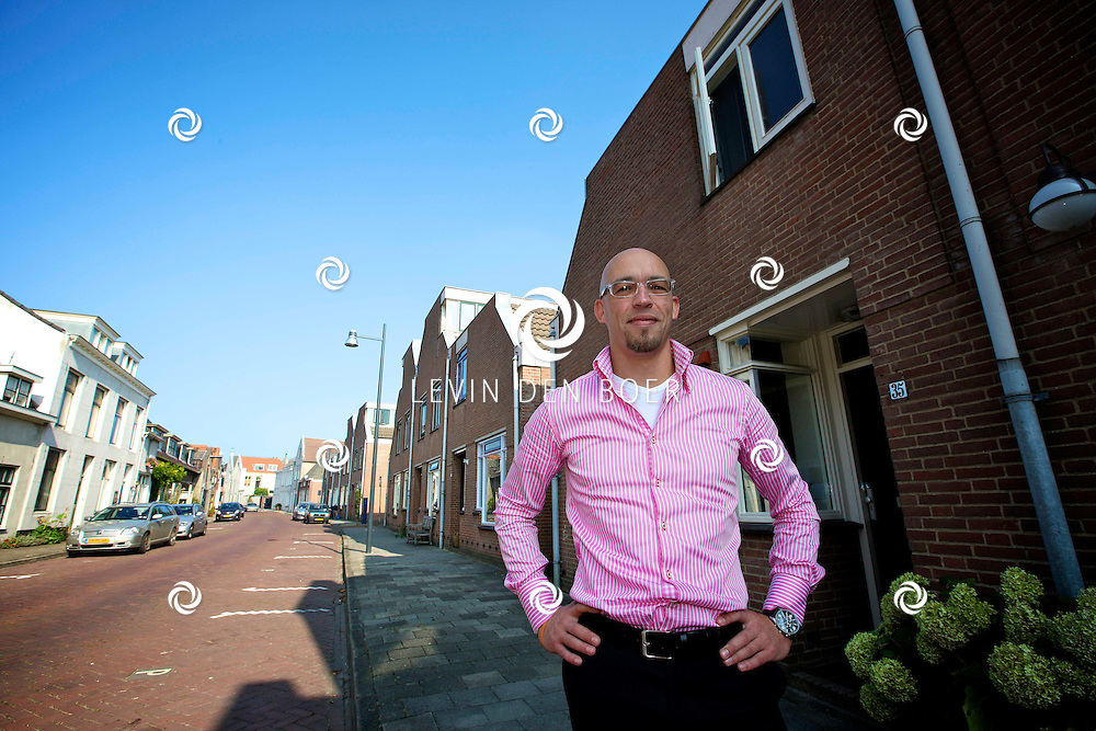 ZALTBOMMEL - Wethouder Han Looijen is in de binnenstad van Zaltbommel geportretteerd. FOTO LEVIN DEN BOER - PERSFOTO.NU