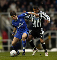 Fotball<br /> FA-cup 2005<br /> Newcastle v Chelsea<br /> 20. februar 2004<br /> Foto: Digitalsport<br /> NORWAY ONLY<br /> Chelsea's Joe Cole (L) holds off Newcastle's Jermaine Jenas