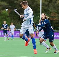 AMSTELVEEN - Boet Phijffer (Kampong) passeert Pieter Sutorius (Pinoke)  tijdens de hoofdklasse hockeywedstrijd mannen, Pinoke-Kampong (2-5) . COPYRIGHT KOEN SUYK