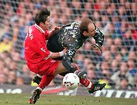 Fotball<br /> Norske spillere i England<br /> Foto: Colorsport/Digitalsport<br /> NORWAY ONLY<br /> <br /> Kasey Keller (Leics) saves at the feet of Øyvind Leonhardsen (Liverpool).  Leicester City v Liverpool, 17/1/98.
