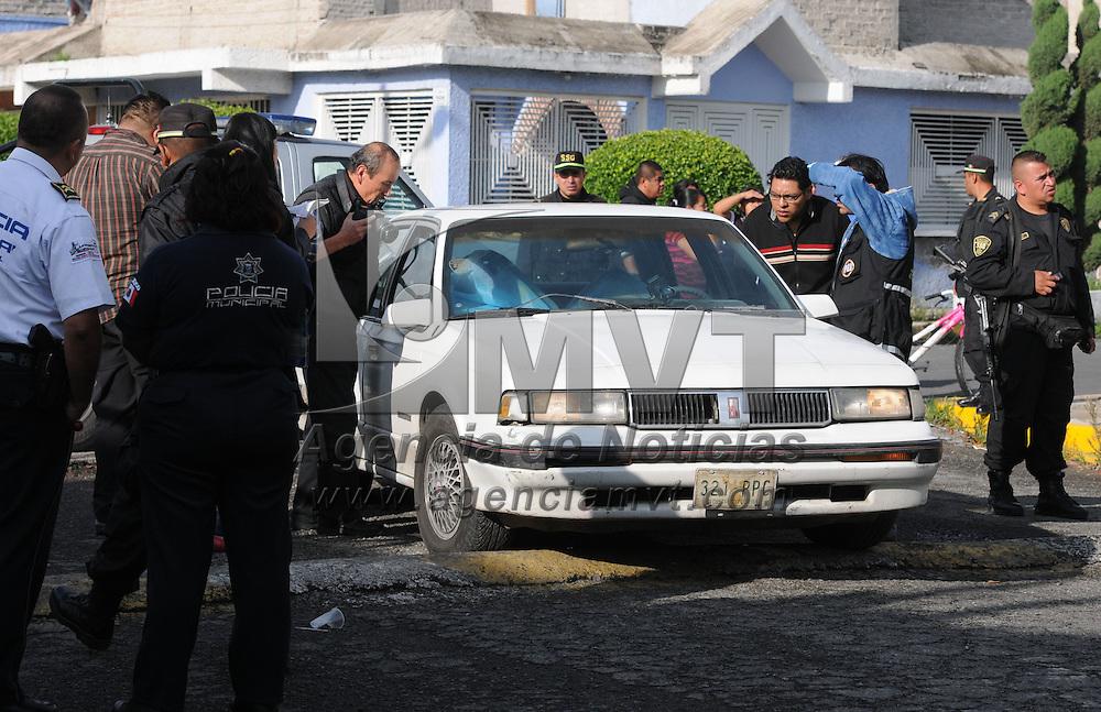 Nezahualcóyotl, Mex.- Los cuerpos sin vida de dos hombres fueron hallados en el interior de un vehículo en calles de Neza, ambos presentaban heridas de arma de fuego, se presume que pueden ser policías estatales. Agencia MVT / Staff