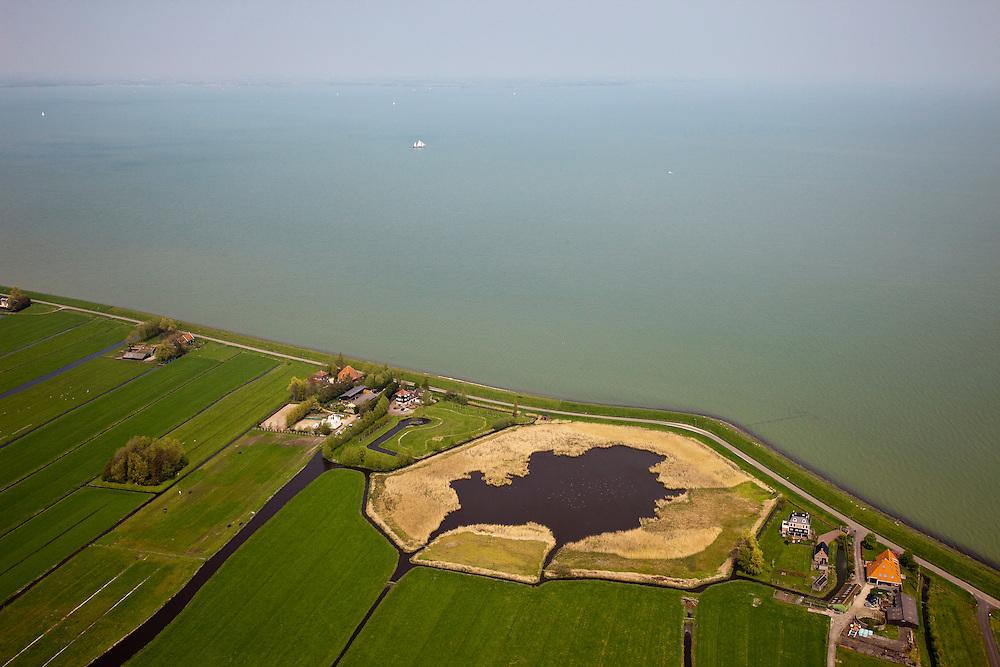 Nederland, Noord-Holland, Gemeente Zeevang, 28-04-2010; Moordenaarsbraak, tussen Warder en Edam. IJsselmeerdijk of Zeevangs Keukendijk (keukens=woningen). De braak (met meertje of wiel) is overblijfsel van een vroegere dijkdoorbraak, en stamt vermoedelijk uit de periode 1775 - 1849..Moordenaarsbraak, between Warder and Edam. The breach (with pool) is a remnant of earlier levee failure, and probably dates from 1775 (flood disaster caused by storm combined with flood).luchtfoto (toeslag), aerial photo (additional fee required).foto/photo Siebe Swart