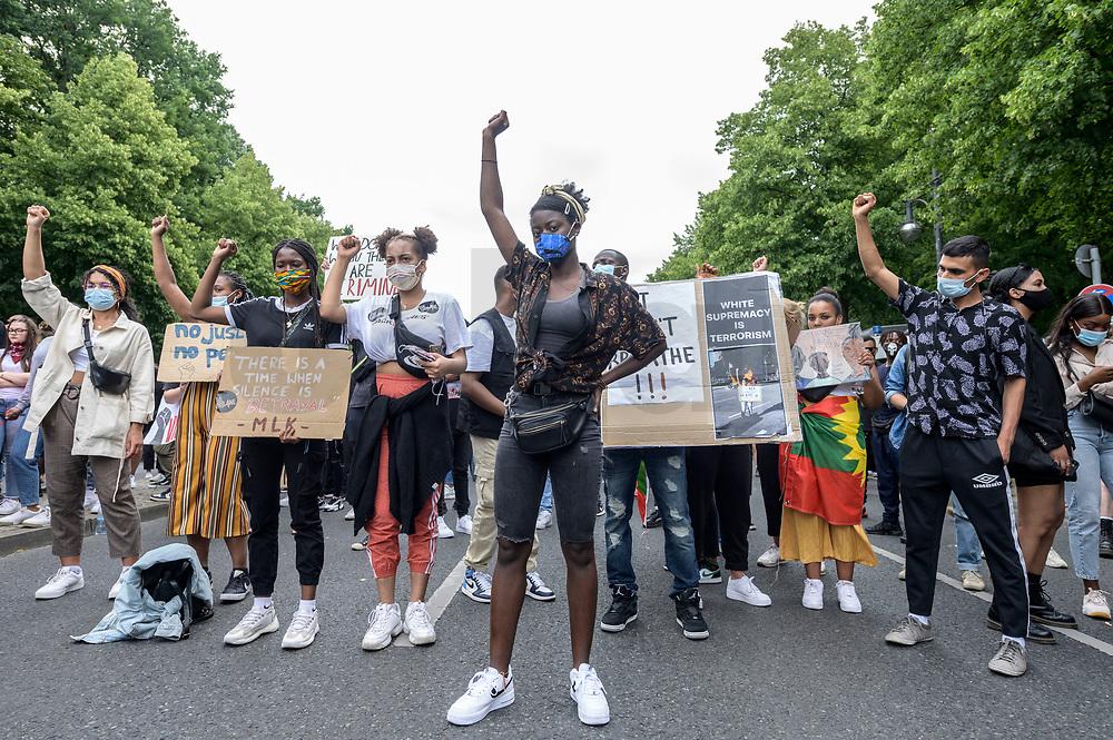"04 JUL 2020, BERLIN/GERMANY:<br /> Demonstratinnen heben die Faust, Demonstration gegen Rassismus unter dem Motto ""Black Lives Matter"" auf der Strasse des 17. Juni<br /> IMAGE: 20200704-01-041<br /> KEYWORDS: Demonstraten, Demonstrant, Demonstratin, Demo, Protest, protester, Protesters, PoC, Frau, Frauen"