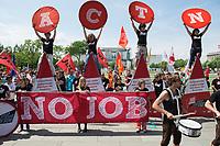 03 JUN 2013, BERLIN/GERMANY:<br /> Sigmar Gabriel, SPD Parteivorsitzender, Demonstration gegen Jugendarbeitslosigkeit in Europa, vor dem Paul-Loebe-Haus, im Hintergrund das Bundeskanzleramt<br /> IMAGE: 20130603-03-016