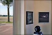Nederland, Den Andel, 14-10-2019  Doorkijkje vanuit de galerie Den Andel naar het buitengebied ivan Noord Groningen . De kunstenaar, schilder Douwe Elias exposeert.Foto: Flip Franssen