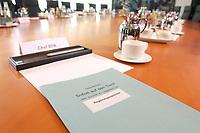 """15 OCT 2003, BERLIN/GERMANY:<br /> Aktenmappe mit der Aufschrift """"Lagezentrum - Sofort auf den Tisch - Regierungssprecher"""", Kabinettstisch, Kabinettsaal, Bundeskanzleramt<br /> IMAGE: 20031015-01-001<br /> KEYWORDS: Chef Bundespresseamt"""