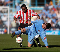 Fotball<br /> England 2004/2005<br /> Foto: SBI/Digitalsport<br /> NORWAY ONLY<br /> <br /> Coventry City v Sunderland<br /> Coca Cola Championship. 07/08/2004.<br /> Coventry's Calum Davenport (R) shields the ball from Sunderland's Jeff Whitley