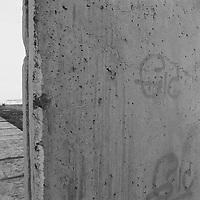 Wie wir alle es schaffen - ohne Waffen<br /> Wer es jemals geträumt hätte, daß die innerdeutsche Grenze sich ohne den Einsatz von allseits präsenten Waffen letztlich öffnen läßt wie eine Dose Ravioli, der hätte wahrscheinlich gedacht, o.k, gleich werde ich aufwachen und der schöne Spuk ist vorbei. Übergang Bernauer Straße. Mit dieser Körperhaltung gibt der DDR Soldat etwas verschämt gegenüber der Öffentlichkeit seine Machtlosigkeit zu, gleichzeitig macht er sich durch das Abwinkeln der Arme etwas breiter, er pimpt sich auf.