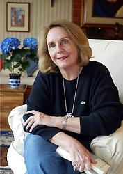 """Lya Luft nasceu no dia 15 de setembro de 1938, em Santa Cruz do Sul, Rio Grande do Sul. Iniciou sua vida literária nos anos 60, como tradutora de literaturas em alemão e inglês e atualmente é uma das escritoras brasileiras mais lidas. Entre os seus sucessos estão os Best Sellers """"Histórias do Tempo"""" e """"Mar de dentro"""", ambos escritos em 2000. FOTO: Jefferson Bernardes/Preview.com"""