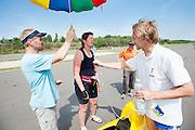 Petra von Fintel wordt gekoeld tijdens een pauze in de 24-uursrace. In Duitsland worden op de Dekrabaan bij Schipkau recordpogingen gedaan met speciale ligfietsen tijdens een speciaal recordweekend.<br /> <br /> Petra von Fintel is cooled at a break at the 24-hours race. In Germany at the Dekra track near Schipkau cyclists try to set new speed records with special recumbents bikes at a special record weekend.