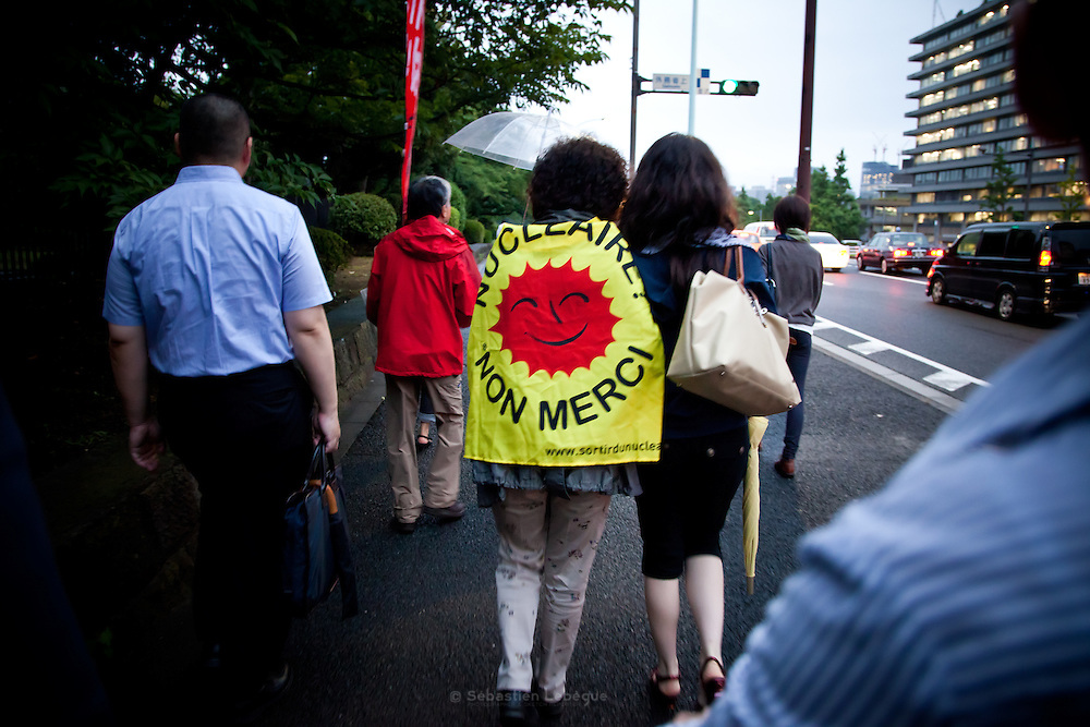 Japan - Tokyo Kasumigaseki -  Desmostration anti-nuclear in front of  the National Diet Bulding - French activist, sortir du nucleaire -2012-07-20
