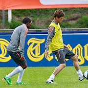 NLD/Katwijk/20110808 - Training Nederlands Elftal voor duel Engeland - Nederland, rondo, Klaas Jan Huntelaar in duel met Eljero Elia