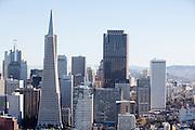 Uitzicht op de Financial District in San Francisco waar veel hoofdkantoren van banken en grote ondernemingen zijn gevestigd. De Amerikaanse stad San Francisco aan de westkust is een van de grootste steden in Amerika en kenmerkt zich door de steile heuvels in de stad.<br /> <br /> View at the Financial District of San Francisco where headquarters of banks and financial companies are located. The US city of San Francisco on the west coast is one of the largest cities in America and is characterized by the steep hills in the city.