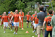 Nederland, Wijchen, 7-6-2014 Spelers van de Woezik figureren in een filmpje van Heineken tgv wereldkampioenschap voetbal. Het 11e mannenteam van SC Woezik speelt de hoofdrol in een commercial van bierbrouwer Heineken. Gezicht van het biermerk in deze campagne, Marco van Houwelingen, zweept de spelers nog even op. Foto: Flip Franssen/Hollandse Hoogte