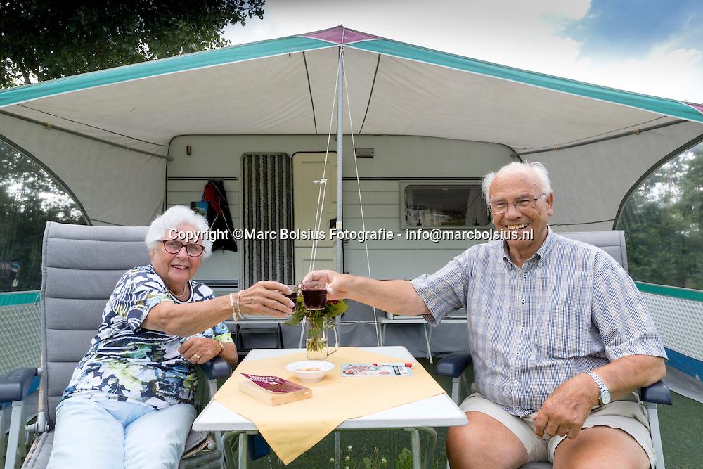 Nederland,  Helvoirt, rubriek Zo Doen Wij Het, Jo en Trees van Lent staan hun leven al op de camping.
