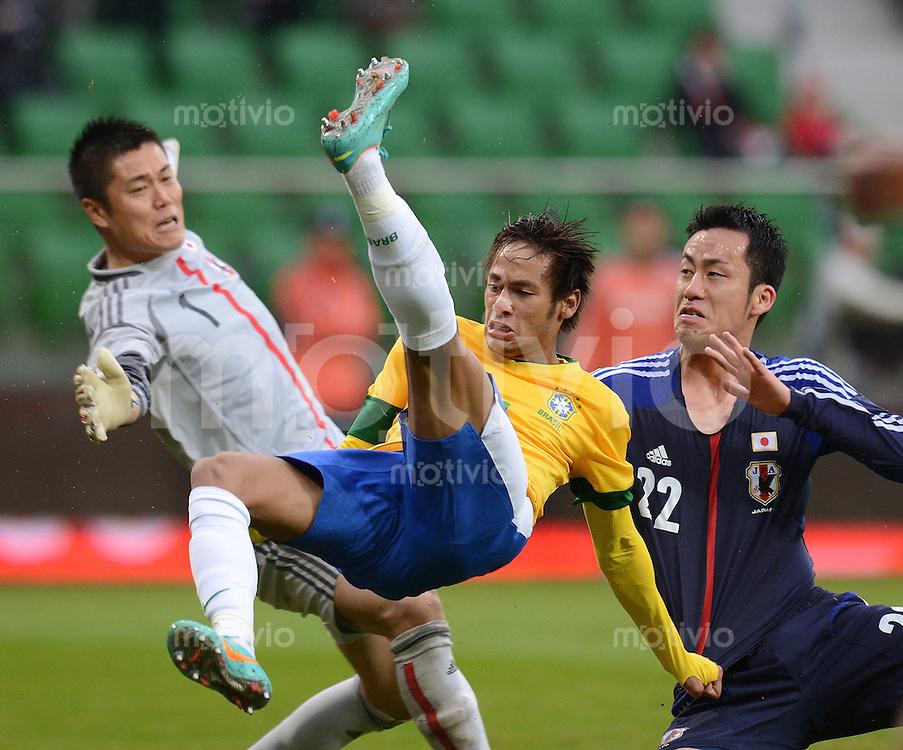 FUSSBALL   INTERNATIONAL   Testspiel    Japan - Brasilien          16.10.2012 NEYMAR (Mitte, Brasilien) gegen Maya YOSHIDA (re, Japan) und Torwart Eiji KAWASHIMA (li, Japan)