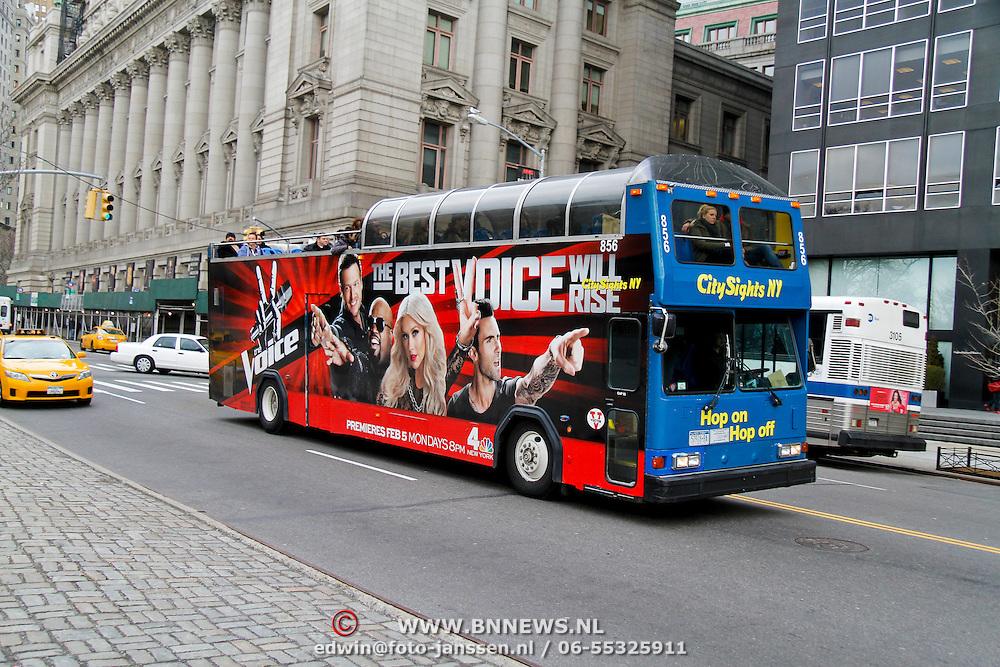 USA/New Yok/20120301 - New York, touristen met een afbeelding van The Voice rijdend dor New York