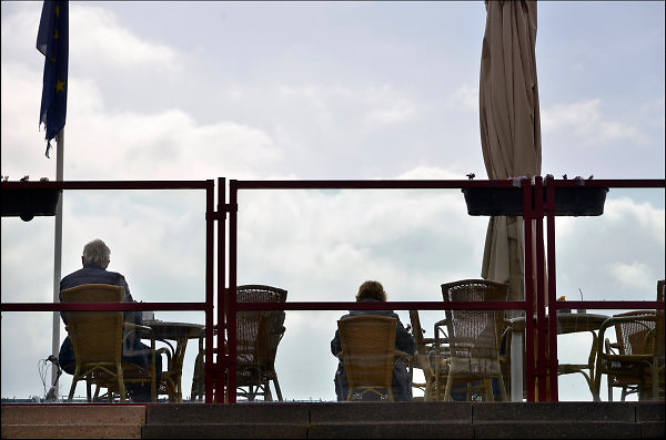 Nederland, Tolkamer, 8-4-2015Een oudere man en vrouw zitten op een terrasje en rusten uit.Foto: Flip Franssen/Hollandse Hoogte