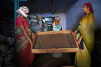 Inde, Etat du Kerala, Kochi ou Cochin, Fort Cochin le centre historique, quartier des epices, entrepot de the // India, Kerala State, Fort cochin or Kochi, spices area, worker in the tea warehouse