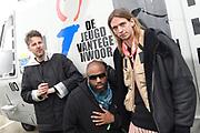 Vertrek bands  met helikopters naar de bevrijdingsfestivals vanaf vliegbasis Gilzerijen<br /> <br /> Op de foto:  De Jeugd van Tegenwoordig met Willie Wartaal, Vieze Fur en Faberyayo