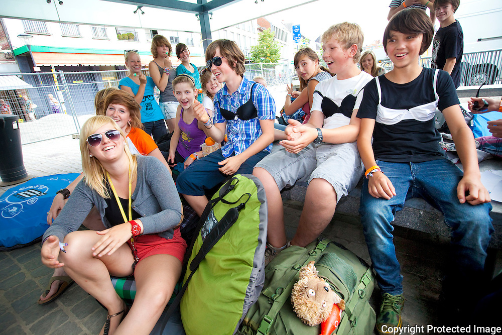 360833-Toerisme rond de grote markt van Herentals-Leidster Lynn Claerhoudt en haar bende Westvlaamse tieners