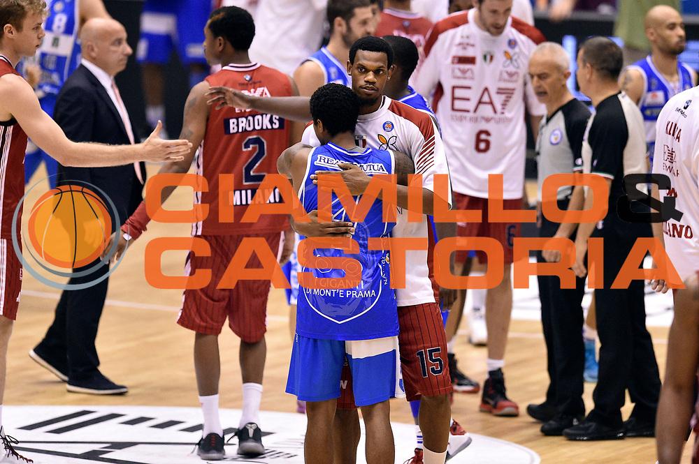 DESCRIZIONE : Milano Lega A 2014-15 EA7 Emporio Armani Milano vs Banco di Sardegna Sassari playoff Semifinale gara 7 <br /> GIOCATORE : Edgar Sosa Frank Elegar<br /> CATEGORIA : fairplay postgame<br /> SQUADRA : Banco di Sardegna Sassari EA7 Emporio Armani Milano<br /> EVENTO : PlayOff Semifinale gara 7<br /> GARA : EA7 Emporio Armani Milano vs Banco di Sardegna SassariPlayOff Semifinale Gara 7<br /> DATA : 10/06/2015 <br /> SPORT : Pallacanestro <br /> AUTORE : Agenzia Ciamillo-Castoria/GiulioCiamillo<br /> Galleria : Lega Basket A 2014-2015 Fotonotizia : Milano Lega A 2014-15 EA7 Emporio Armani Milano vs Banco di Sardegna Sassari playoff Semifinale  gara 7 Predefinita :