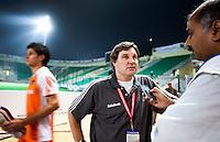 NEW DELHI - Manager van Oranje en oud-international TIES Kruize in het National Hockey Stadium van New Delhi tijdens het WK, staat een journalist te woord die hem herinnerd aan zijn gouden hockeyperiode.<br /> FOTO BIJ VERHAAL SPORT.