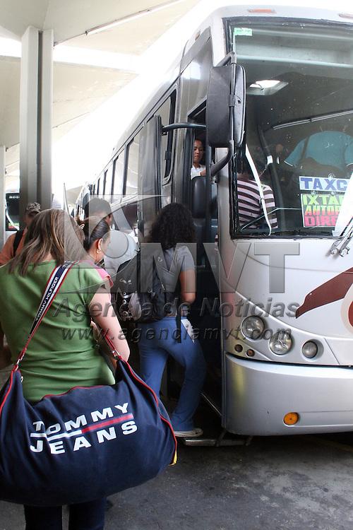 TOLUCA, México.- Pese a la crisis económica por la que atraviesa el país, cientos de paseantes arriban a la Terminal de autobuses de la Ciudad de Toluca para dirigirse a diferentes destinos  turísticos, en el marco de las vacaciones de Semana Santa. Agencia MVT / José Hernández. (DIGITAL)