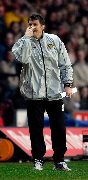 Photo: Alan Crowhurst.<br />Southampton v Burnley. Coca Cola Championship. 13/01/2007. Burnley manager Steve Cotterill tells his players to keep focused.