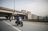 Mars 2019. Inde. New delhi. Les Bikerni, premier club de motocyclisme féminin indien, embarquent chaque week-end pour des chevauchées sur des deux-roues mythiques à l'assaut des routes du pays. Au-delà des sensations fortes, les motardes revendiquent leur droit à l'aventure, à l'insouciance et à l'autonomie. Un vrai défi dans une société patriarcale qui entrave encore leurs libertés. Les membres du club se retrouvent le WE pour des rides en dehors de la ville où elles font des traversées parfois de plusieurs centaines de km.