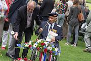 Tijdens het defile legt een overlevende van de Birma spoorlijn een bloem bij het monument. In Arnhem worden op het landgoed van Het Koninklijk Tehuis voor Oud-Militairen en Museum Bronbeek de slachtoffers van de Birma Siam en de Pakanbaru spoorlijnen herdacht. Bij de aanleg van deze twee 'dodenspoorwegen' tijdens de Tweede Wereldoorlog zijn veel slachtoffers gevallen onder de dwangarbeiders die door de Japanse bezetter tewerk zijn gesteld.<br /> <br /> In Arnhem at the property of The Royal Home for Former Soldiers and Museum Bronbeek the victims of Burma and Siam railway Pakanbaru are commemorated. In the construction of these two 'dead railways' during World War II, many casualties among the convicts who are employed by the Japanese are made.