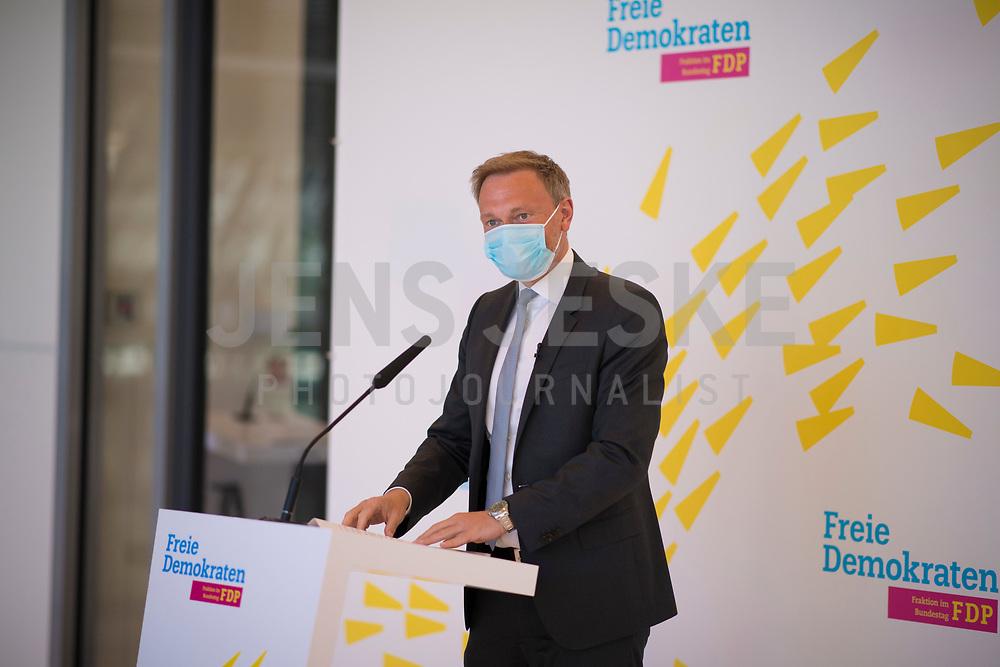 DEU, Deutschland, Germany, Berlin, 21.04.2020: FDP-Partei- und Fraktionschef Christian Lindner bei einem Pressestatement vor der Fraktionssitzung der FDP im Deutschen Bundestag. Aufgrund der Coronakrise trägt er eine Schutzmaske, die Mund und Nase bedeckt.