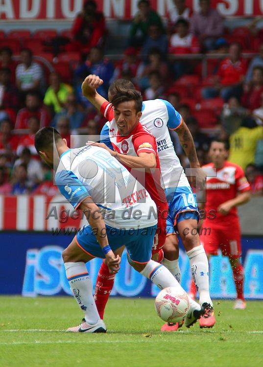 Toluca, México (Mayo 01, 2016).- Lucas Lobo de los Diablos Rojos del Toluca y Ariel Rojas del Cruz Azul, en el partido correspondiente a la jornada 16 del Torneo Clausura 2016, en donde la escuadra escarlata perdió con un marcador de 0-2, quedando fuera de la liguilla.  Agencia MVT / Crisanta Espinosa