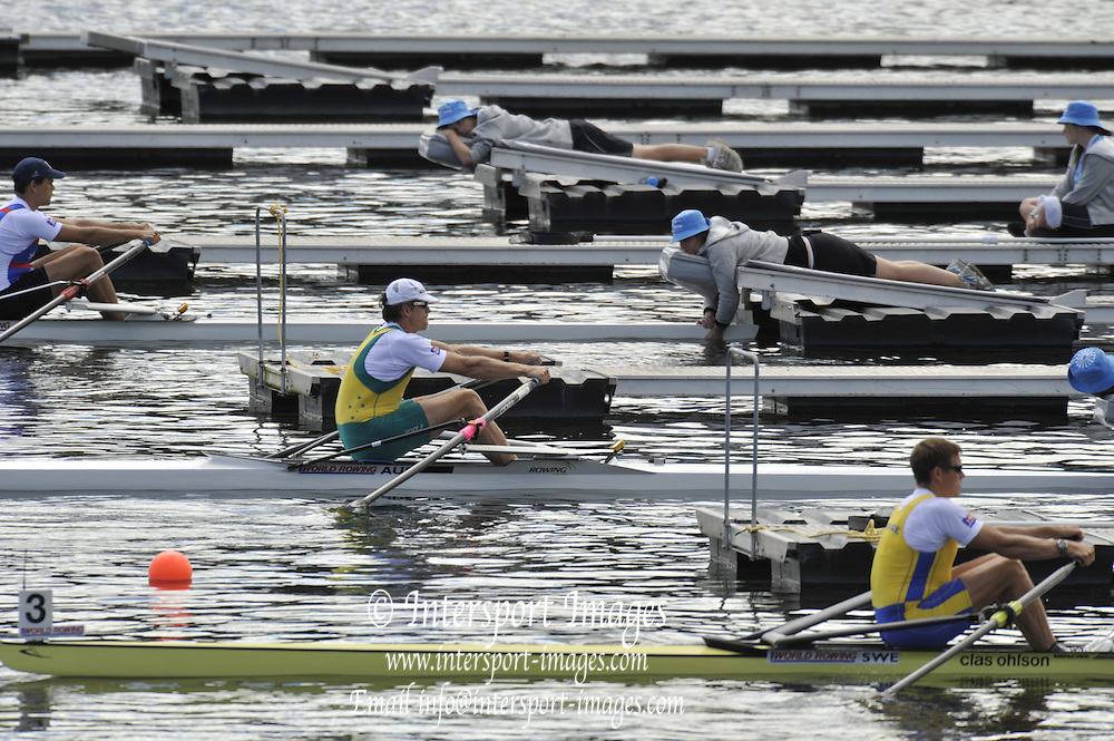 Hamilton, NEW ZEALAND.  M1X Repechage, AUS M1X: Duncan FREE and SWE M1X; Lassi KARONNEN.  2010 World Rowing Championships on Lake Karapiro, Tuesday - 02.11.2010, [Mandatory Credit Peter Spurrier:Intersport Images].