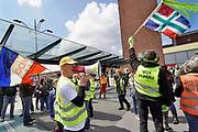 Nederland, Nijmegen, 11-5-2019 Landelijke demonstratie van Gele Hesjes door de binnenstad. Hoewel de opkomst wat tegenviel vetrok de bonte stoet vanaf het station naar Plein44 . Veel mensen hadden stickers of opschriften op de hesjes tegen de eu, dus voor de Nexit, en tegen de NOS of het NOSjournaal vanwege vermeend verspreiden van fakenews, nepnieuws door journalisten , journalistiek, de media . .Man met megafoon, vox populi, de stem van het volk in het latijn .Foto: Flip Franssen