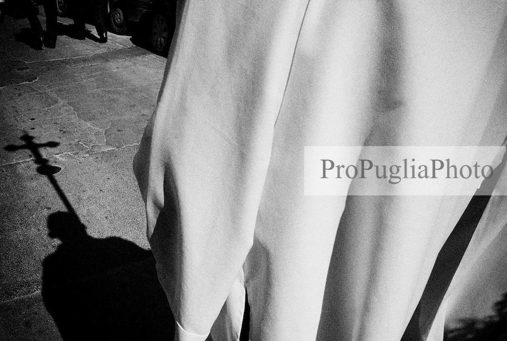 Reportage sviluppato ad Alessano (LE). Viene presa in considerazione fotograficamente, la gente che popola il paese nei suoi bar, piazze, strade, giardini pubblici. Ed, insieme a questa, i particolari e gli eventi caratterizzanti il luogo...La processione, nella mattinata della domenica delle Palme, percorre successivamente alla benedizione, le vie del centro storico.