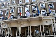 In Amsterdam worden de laatste voorbereidingen getroffen voor de troonswisseling op 30 april. <br /> <br /> The final preparations for the crowning on April 30, in Amsterdam.<br /> <br /> Op de foto / On the photo:  Amstel Hotel, een van de twee hotels waar de koninklijke gasten verblijven / Amstel Hotel, one of the two hotels where the royal guest will stay.