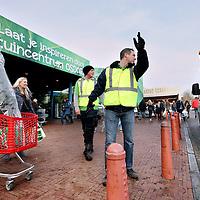 Nederland, Amsterdam , 14 december 2014.<br /> Verkeersregelaars in de weer tijdens topdrukte ivm kerstmis bij Tuincentrum Osdorp.<br /> Foto:Jean-Pierre Jans