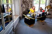Koningin Maxima en Prinses Amalia hebben contact met Nederlanders in werkkamer tijdens Koningsdag thuis op Paleis Huis ten Bosch<br /> <br /> Queen Maxima with  Princess Amalia, Princess  in contact with the Dutch in their study during King's Day at home at Paleis Huis ten Bosch