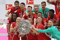 18.05.2019, Allianz Arena, Muenchen, GER, 1. FBL, FC Bayern Muenchen vs Eintracht Frankfurt, 34. Runde, Meisterfeier nach Spielende, im Bild mit Meisterschale von links:, Arjen Robben, Thiago, Franck Ribery und Manuel Neuer // during the celebration after winning the championship of German Bundesliga season 2018/2019. Allianz Arena in Munich, Germany on 2019/05/18. EXPA Pictures © 2019, PhotoCredit: EXPA/ SM<br /> <br /> *****ATTENTION - OUT of GER*****