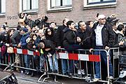 Koning Mohammed VI van Marokko verlaat zijn Hotel, het Waldorf Astoria in Amsterdam nadat hij een aantal dagen heeft doorgebracht in Nederland.<br /> <br /> King Mohammed VI of Morocco leaves his hotel, the Waldorf Astoria in Amsterdam after he has spent in the Netherlands a few days.<br /> <br /> Op de foto / On the photo: <br /> <br />  Fans staan te wachten