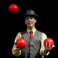 Cirque Mechanincs (juggler and contortionist)