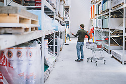 THEMENBILD - ein Kunde mit MNS Schutzmaske in einem Baumarkt während der Corona Pandemie, aufgenommen am 14. April 2019 in Zell am See, Österreich // a Customer with MNS protection mask in a hardware store during the Corona Pandemic in Zell am See, Austria on 2020/04/14. EXPA Pictures © 2020, PhotoCredit: EXPA/ JFK