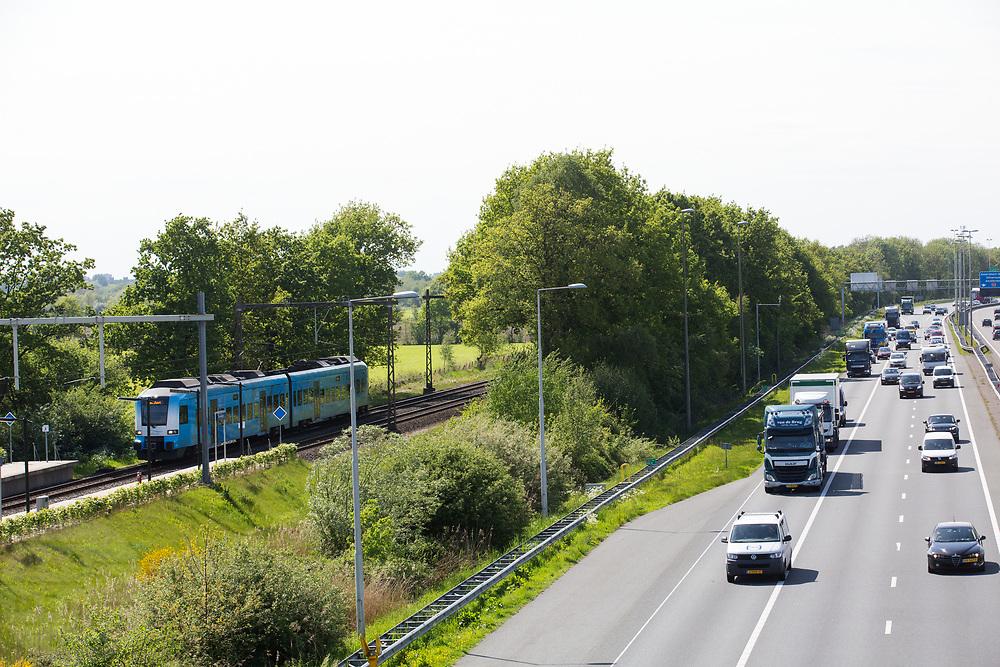 In Hoevelaken rijdt het verkeer over de A1. Een trein van Breng komt aan bij het station.<br /> <br /> In Hoevelaken traffic ride on the A1 highway.