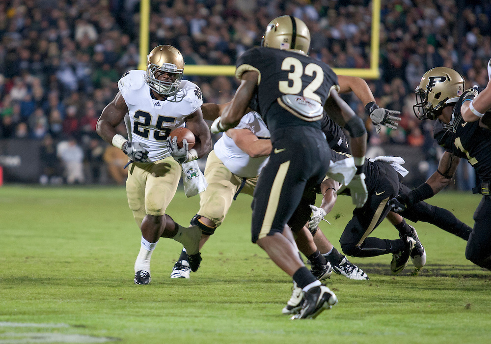 October 01, 2011:  Notre Dame tailback Jonas Gray (#25) turns the corner on run from scrimmage during NCAA Football game action between the Notre Dame Fighting Irish and the Purdue Boilermakers at Ross-Ade Stadium in West Lafayette, Indiana.  Notre Dame defeated Purdue 38-10.