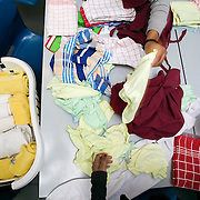 Nederland Rotterdam  29 januari 2009 20090129 Foto: David Rozing.Leerlingen VMB Noordrand college, studie richting zorg en welzijn doen de was.Dutch vmbo students are taking care of the laundry  ...Foto: David Rozing